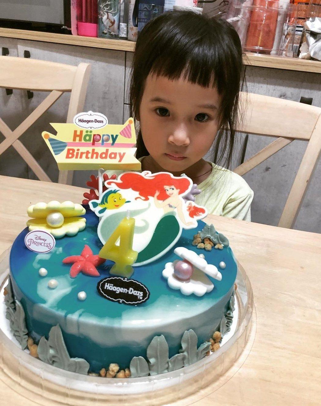 Mia生日蛋糕也是公主風。圖/截圖自IG