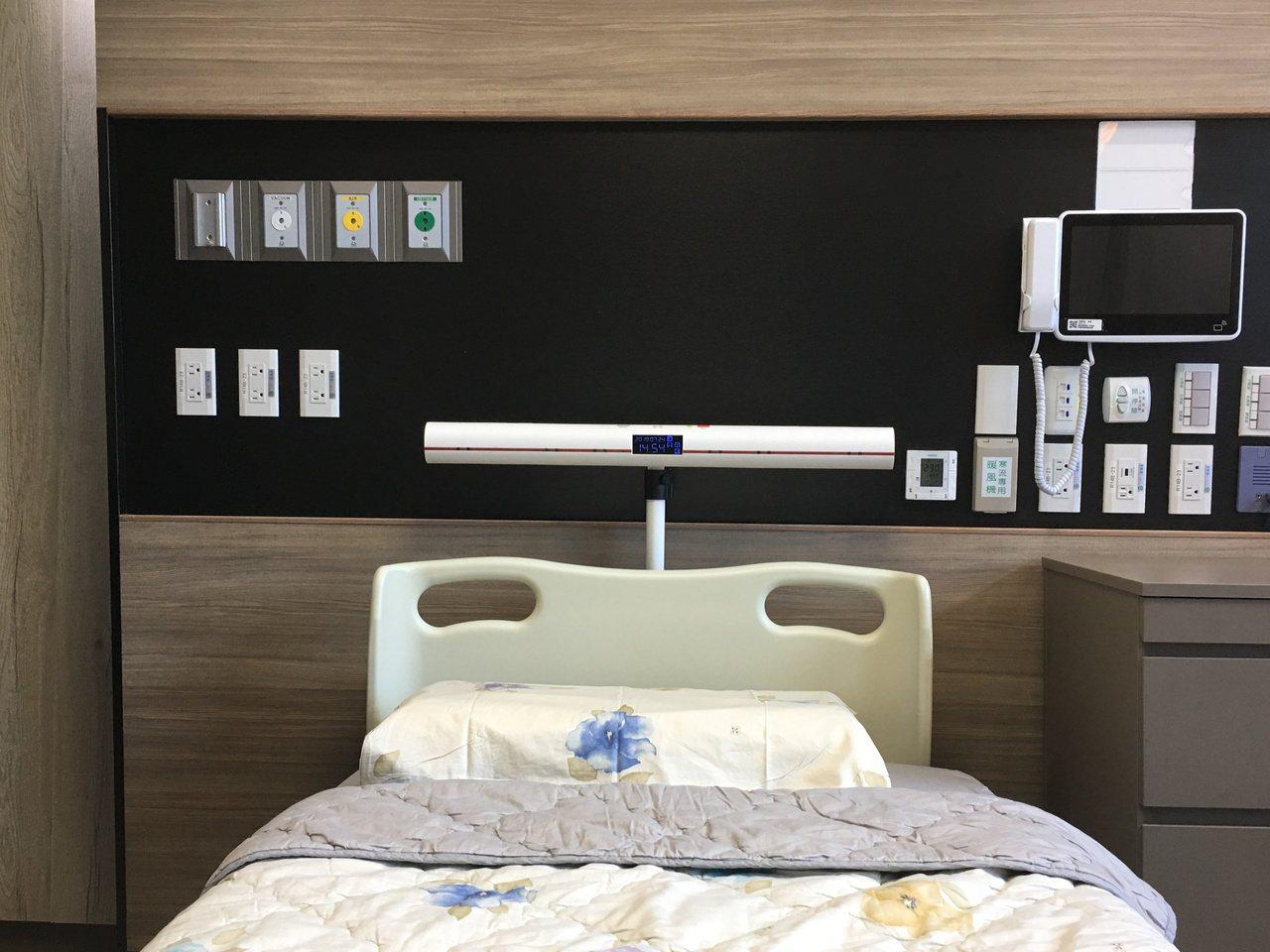 弘光科大老師和彰基合作,研發出離床警示系統,防止病患跌倒。記者游振昇/攝影