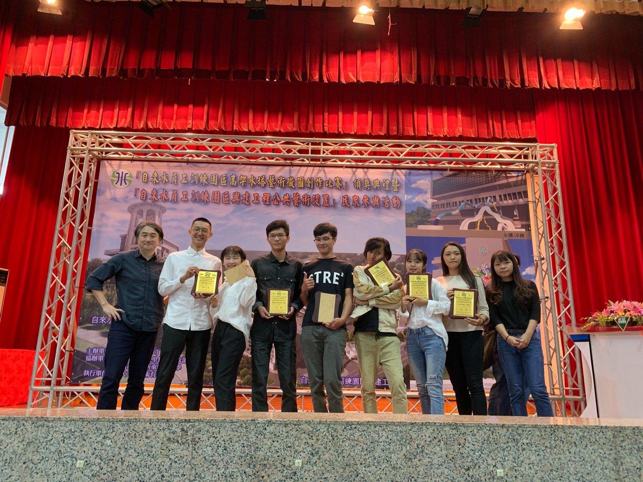 郭一勤老師(左)與獲獎學生。圖/崑大提供