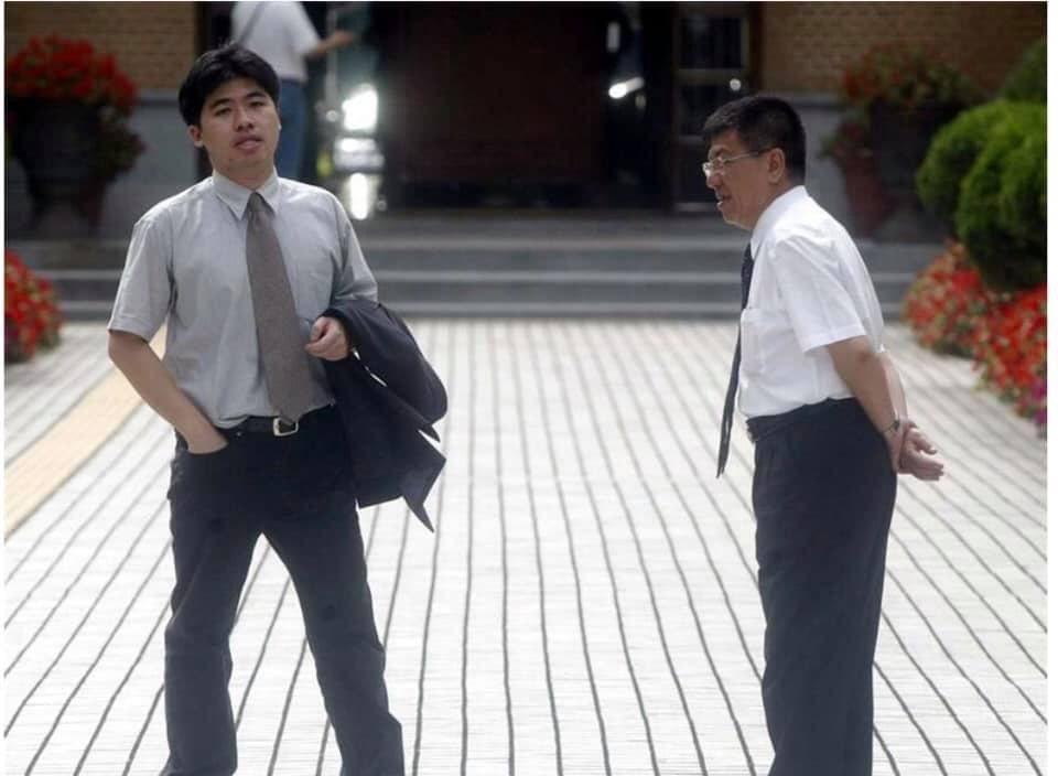 嘉義縣立委蔡易餘(左)臉書貼「那一年我大三,有腰身、無大肚」年輕照片,與父親前立...