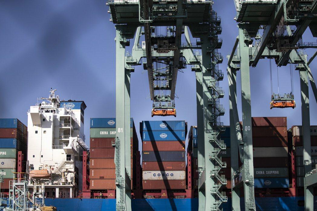 美國洛杉磯港正在卸下來自中國的貨櫃。  歐新社