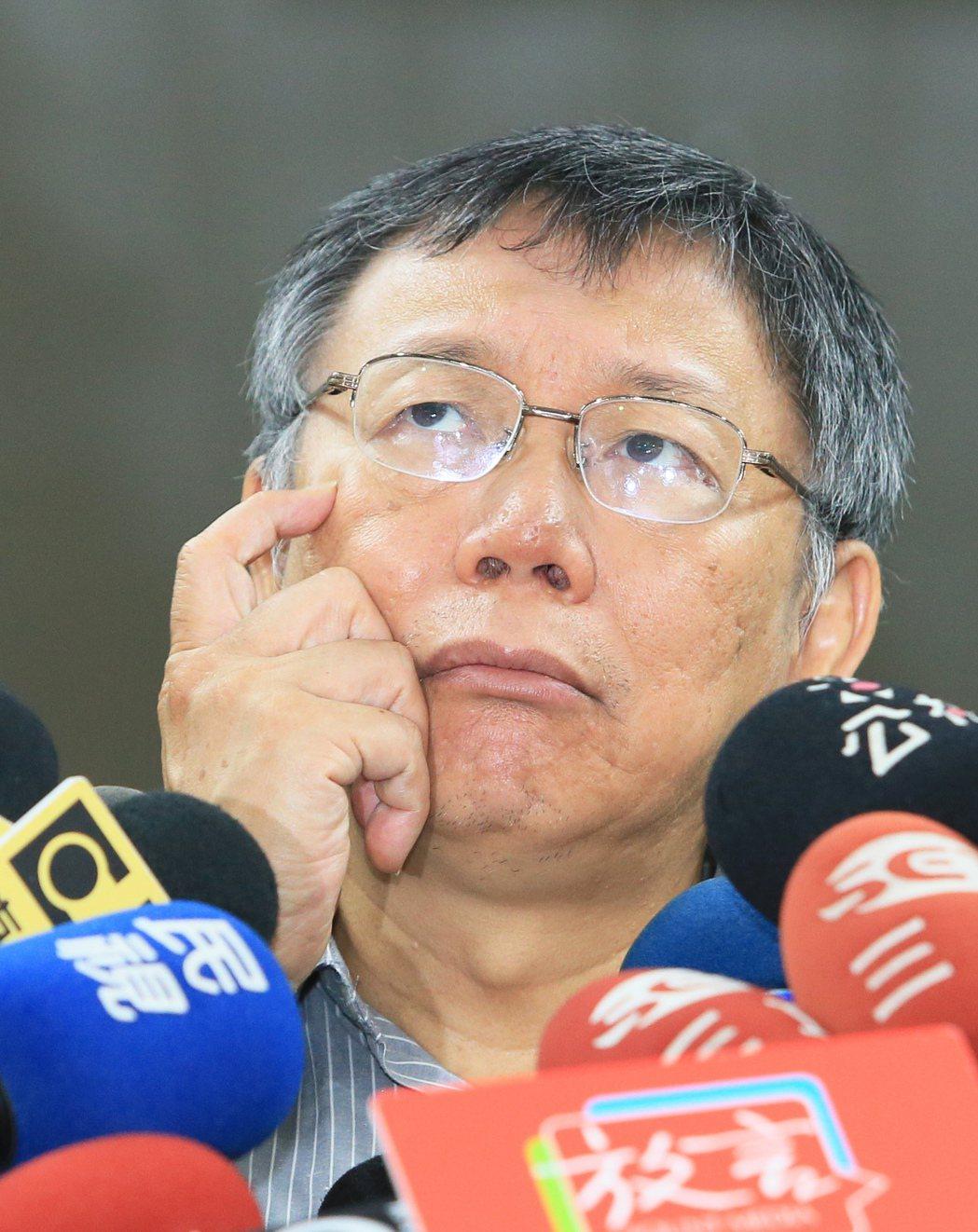 台北市長柯文哲上午步出市長室短暫回應時事,對於綠黨爆料柯文哲親中,私下與蔡衍明及...