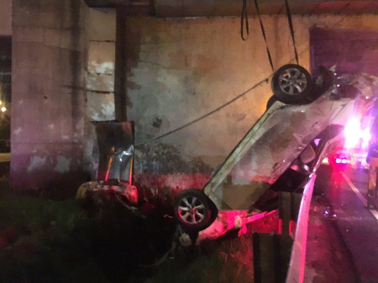 肇事車輛倒栽蔥插在2個車道之間狹窄駁坎下方,被拖吊脫困。記者林昭彰/翻攝