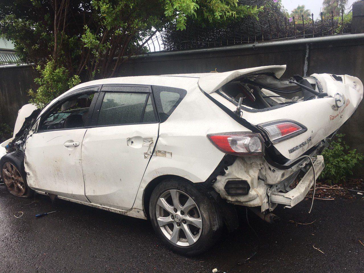 肇事車輛損壞嚴重。記者林昭彰/翻攝