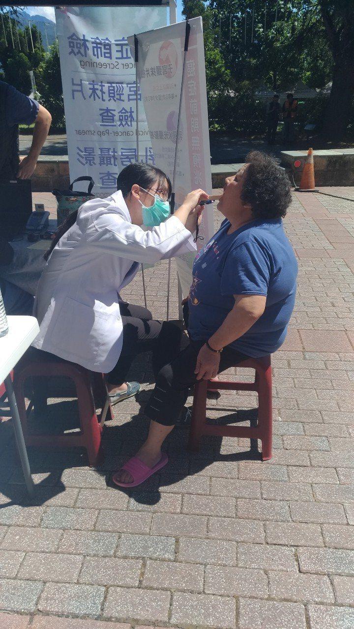 童綜合醫院到梨山地區義診,醫療團隊為民眾診療牙齒。圖/童醫院提供