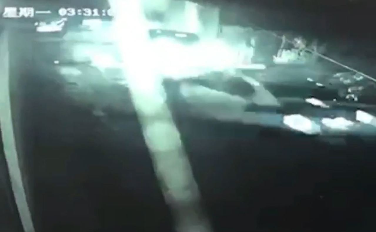 楊女逃逸至死巷弄後自撞,警方隨即上前堵住楊女轎車並下車逮人。記者柯毓庭/翻攝