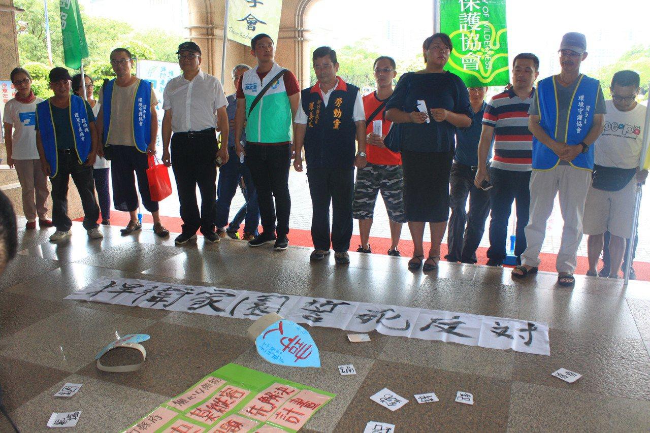「我們要喝乾淨水行動聯盟」等團體,今天上午聚集新竹縣府前廣場,呼籲儘速訂定廢污水...