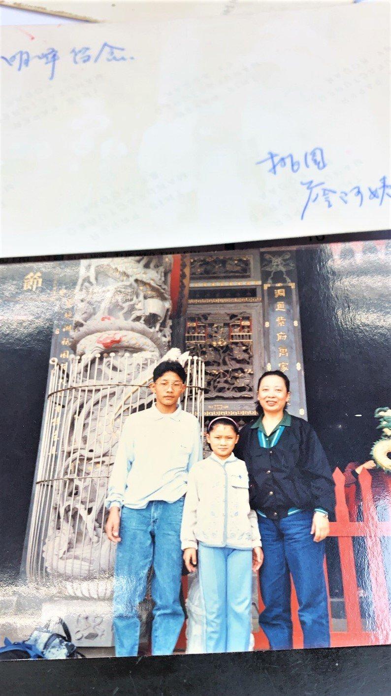 這張照片讓蕭明峯(左)隨身攜帶30年,因為有兩張,他把此照回贈給他的認養人「詹阿...