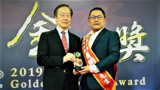 台中市宏竝企業董事長蕭明峯(右)獲得家扶基金會「金扶獎」表揚。圖/蕭明峯提供