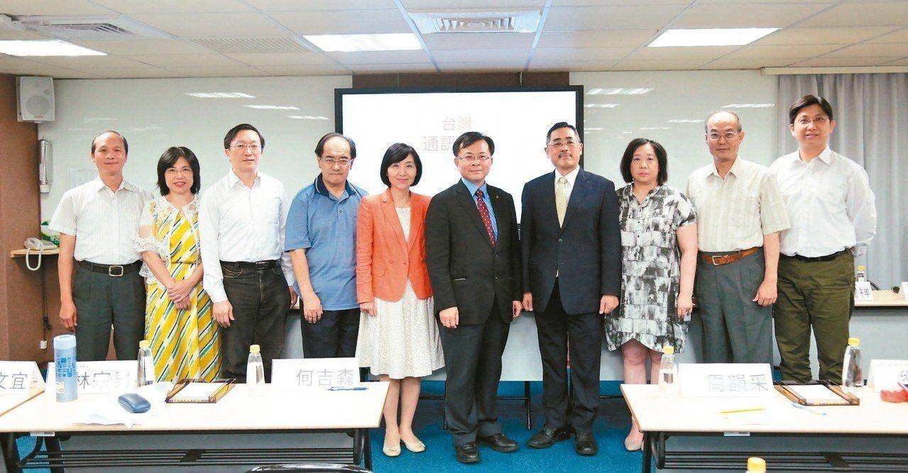 元智大學資訊管理系教授周韻采(右三)。 圖/ 台灣通訊學會提供