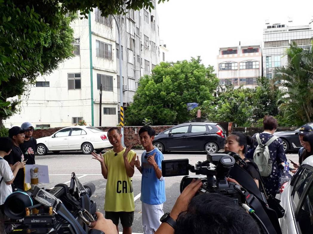 藝人浩子和阿翔今天到台中市清水區錄影。記者游振昇/攝影
