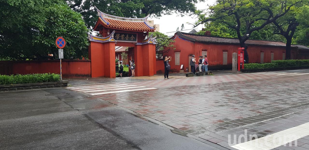 台南孔廟前方路面連鎖磚與周圍形成一塊一塊像爛補丁。記者修瑞瑩/攝影