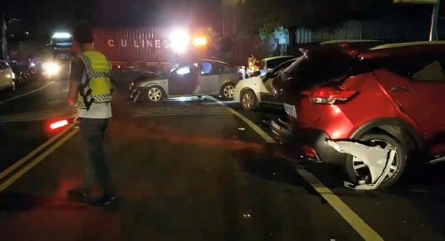 魏姓男子今天凌晨開車上路,行經基隆市堵南街時連撞3輛停放在路旁的轎車。記者邱瑞杰...