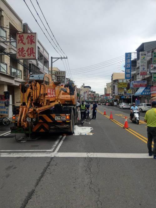 台中市80歲林姓婦人上午騎腳踏車行經路旁一輛吊車旁時,被當場輾過慘死。圖/ 翻攝
