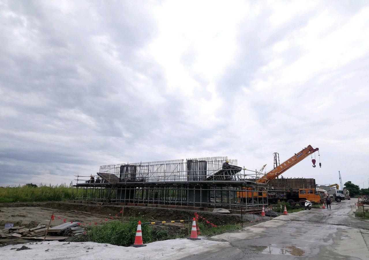 嘉義縣首座斜張橋,連接朴子市與六腳鄉的蒜頭大橋改建工程,去年底開工,預定明年12...
