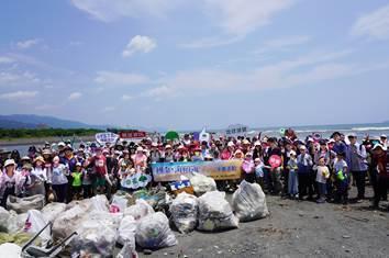 國泰金控8月17日舉辦「行動吧!一起清淨」淨灘活動,帶領兩百多名員工及眷屬到宜蘭...