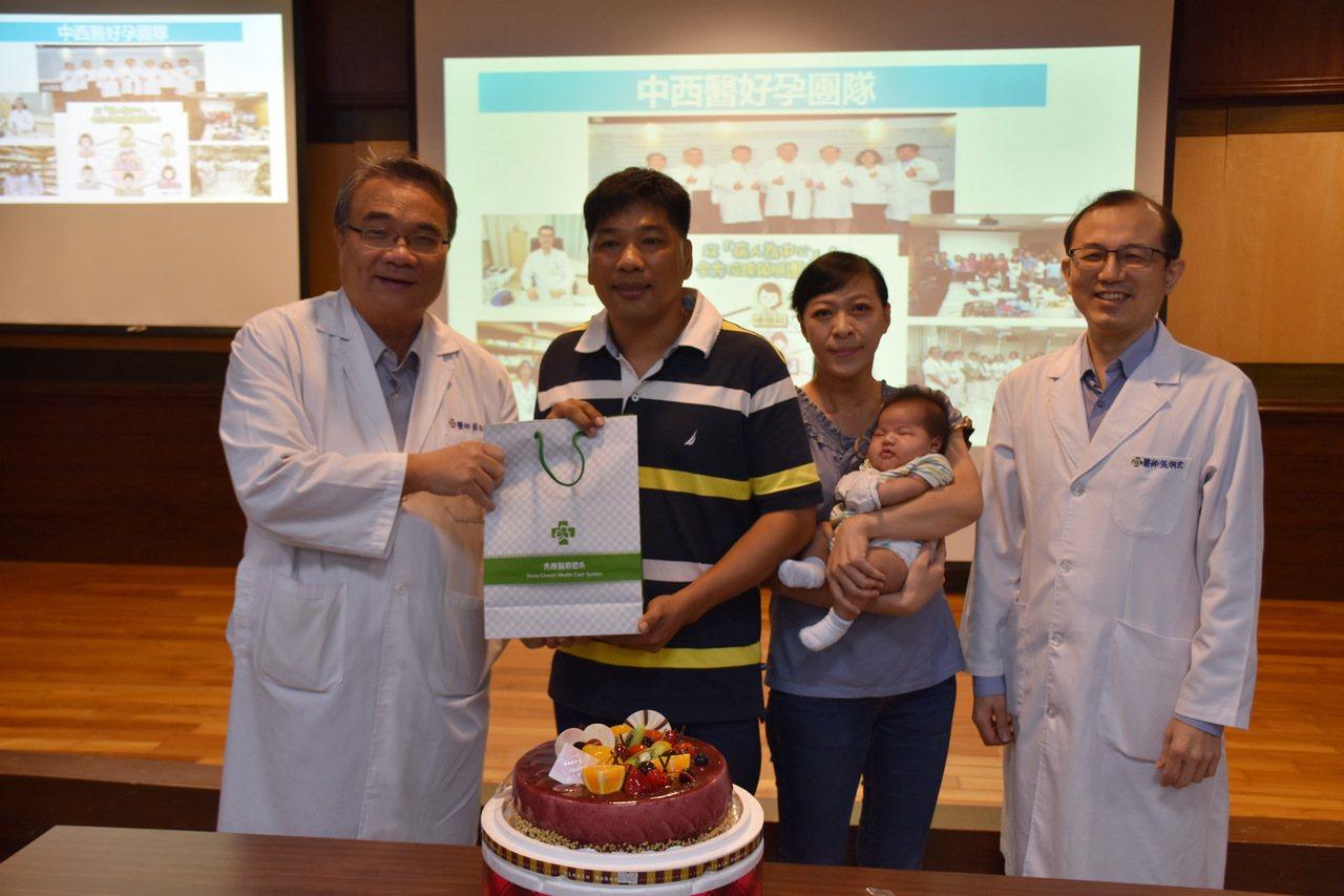 台南市陳姓夫妻在市立醫院中醫部主任醫師張烱宏(右)協助下,終於產下期待12年的孩...