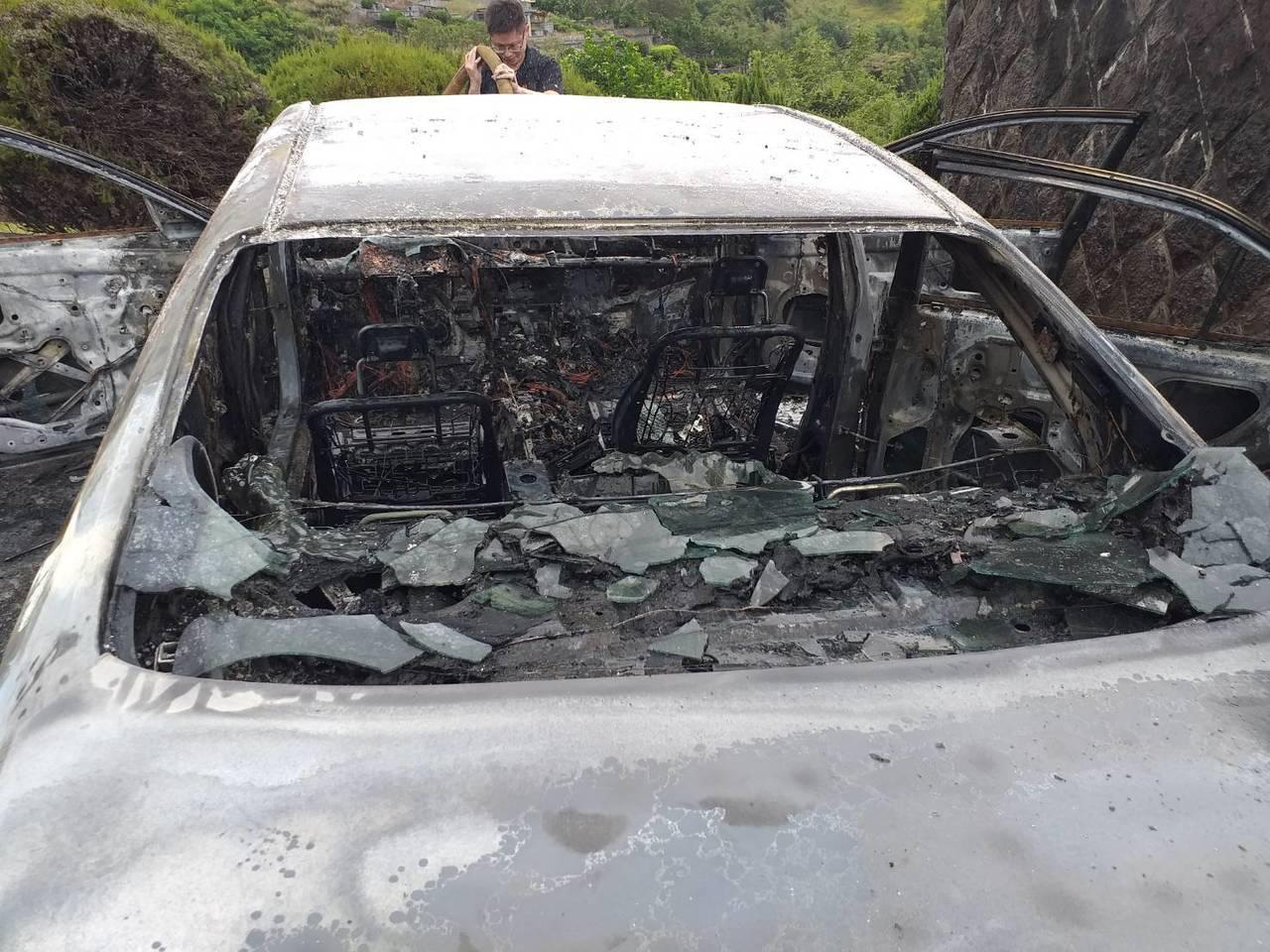 八里區長道坑偏遠山區,今天中午發生一起火燒車意外,火勢撲滅車內已燒個精光。記者林...