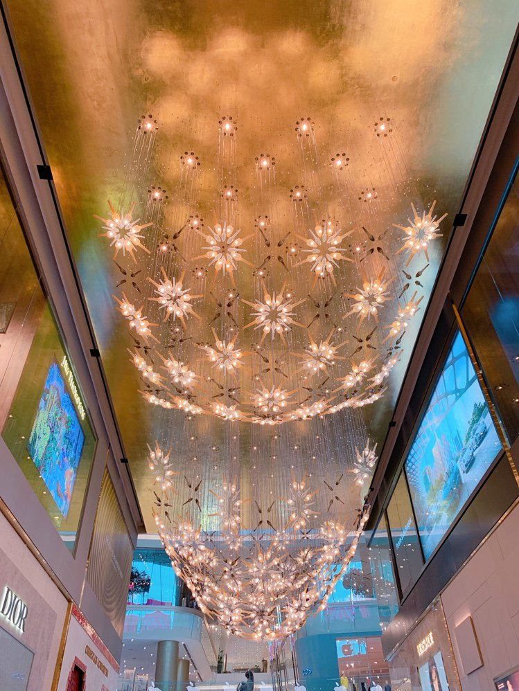 商場天花板茉莉花裝飾,有「歡迎」旅客前來之意。記者徐力剛/攝影