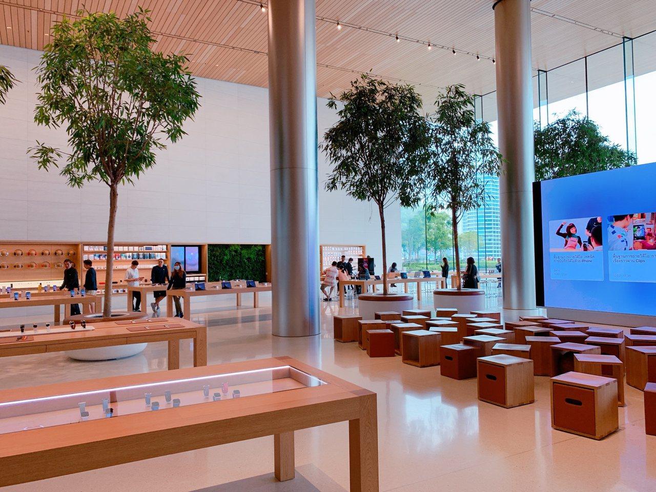Apple旗艦店室內寬敞舒適,提供絕佳商品選購環境。記者徐力剛/攝影