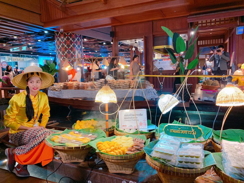 SOOKSIAM完整重現傳統「水上市集」,吸引遊客拍照留念。記者徐力剛/攝影