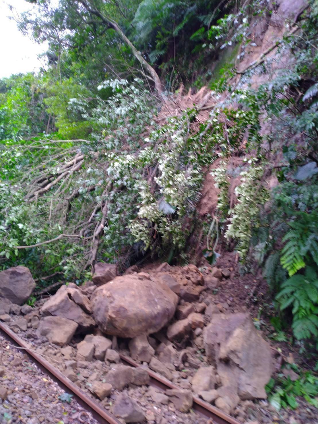新北市山區近日豪大雨,台鐵平溪線10K嶺腳站,今天下午發生土石坍方。圖/台鐵提供