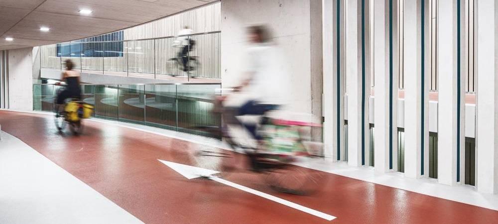 荷蘭烏特勒支市19日啟用一座世界最大的自行車停車場,可停1萬2500輛自行車。圖...