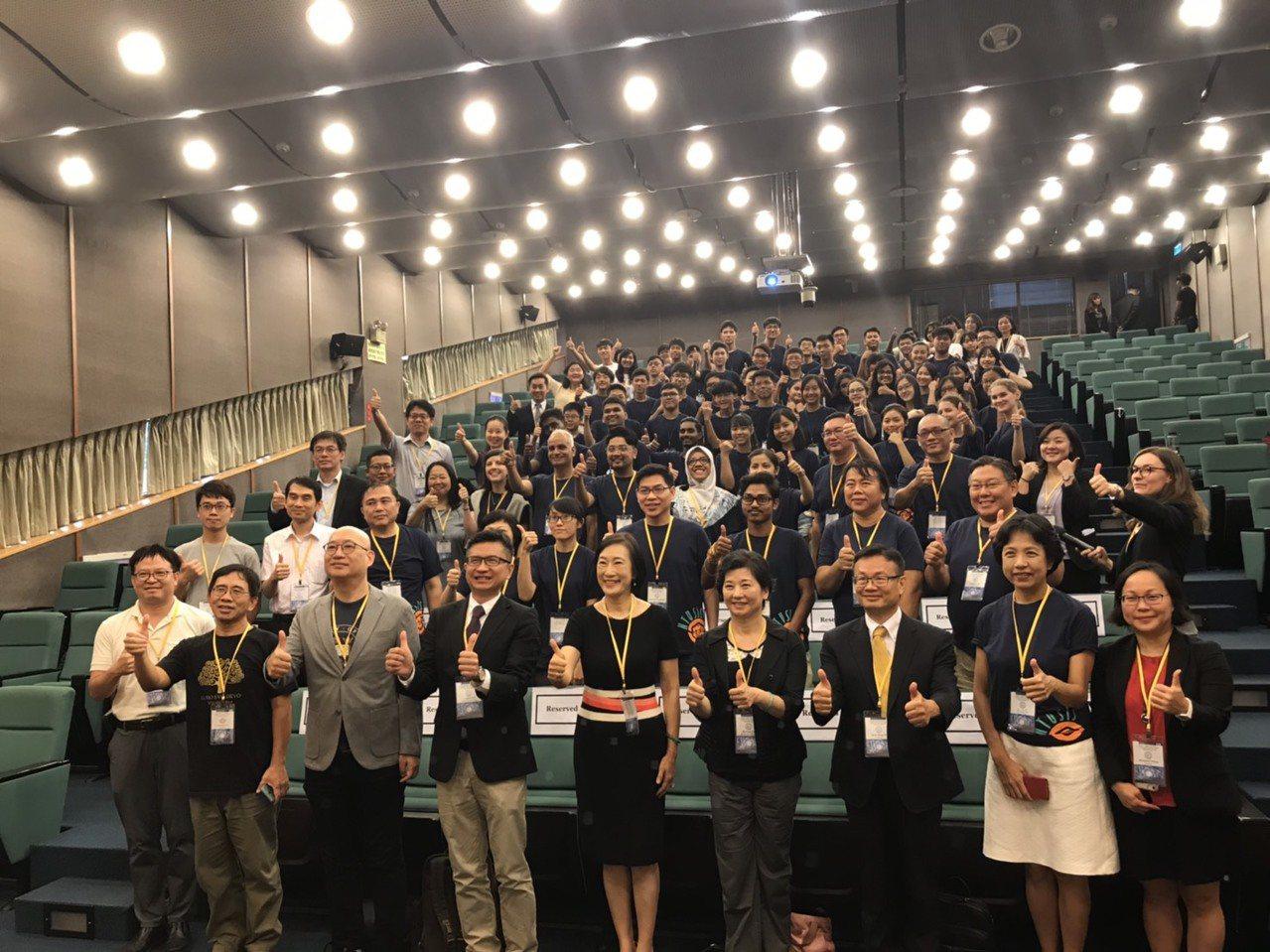 第一屆台灣大學國際高中青年科學創新營今天揭幕,以引領世界潮流的「量子計算」與「生...