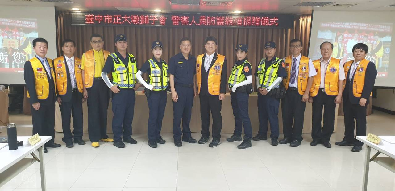 台中市正大墩獅子會今天下午贈送500雙袖套給台中市第二警分局,由分局長高誌良(左...
