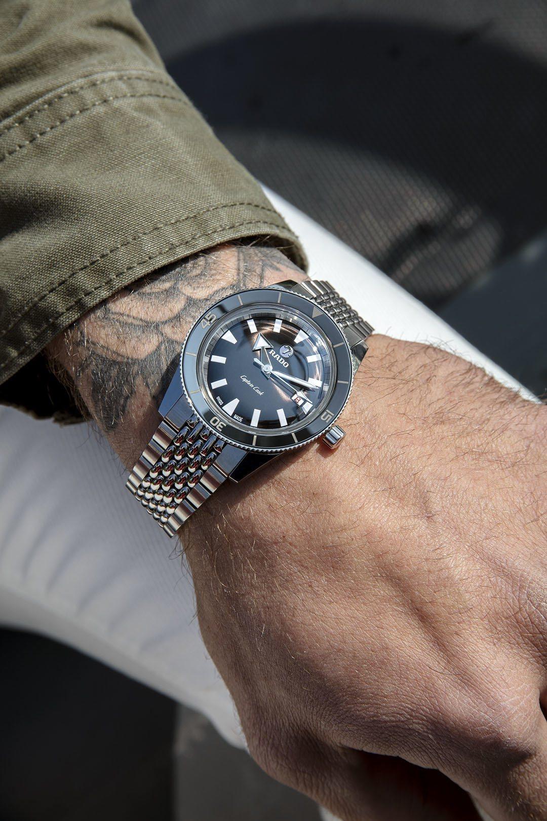 雷達庫克船長系列腕表,不鏽鋼表殼、表鍊搭配黑色陶瓷表圈,約61,900元。圖/R...
