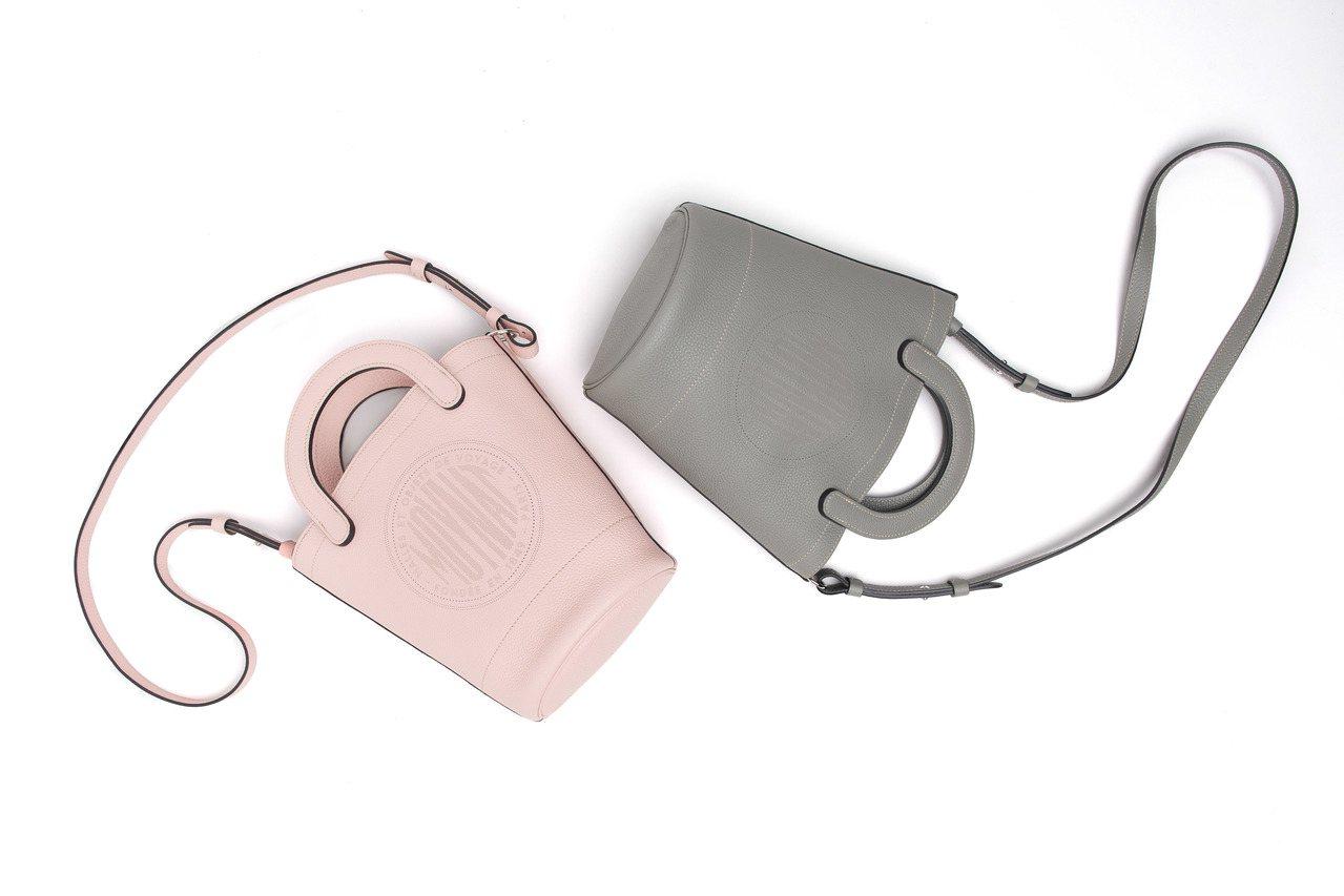 Fleur水桶包不只搭配硬挺的圓弧手把和可調節式肩帶,正面若隱若現的品牌復古標章...