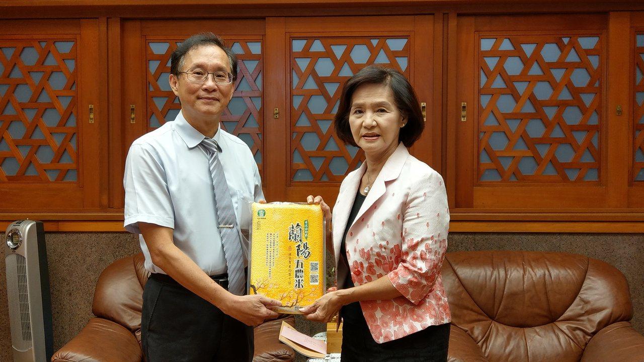 中華郵政公司首度結合保險做公益,宜蘭郵局今天捐出420公斤白米給縣政府物資銀行,...