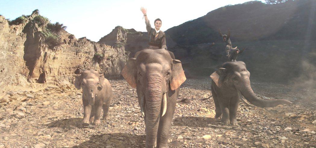 陳亞蘭在電視歌仔戲「忠孝節義」騎的大象為電腦特效。圖/麗生百合提供