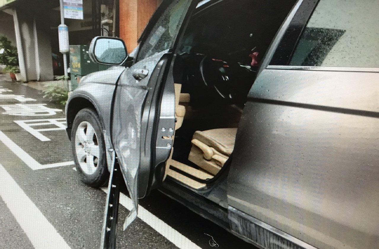 銀色轎車周姓男駕駛開車門,未注意後方來車,造成黃姓女機車騎士受傷送醫。記者黃宣翰...