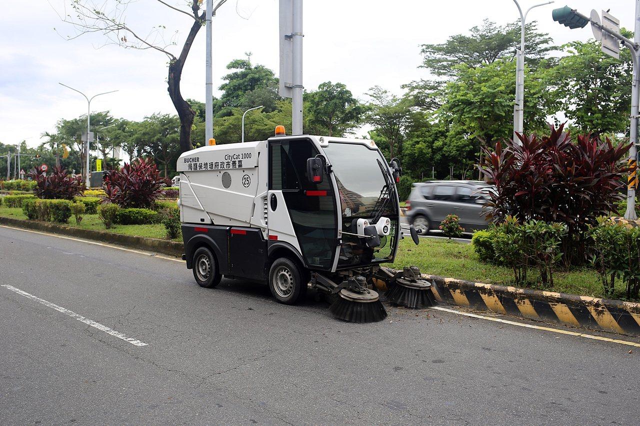 小型掃街車只占車道一半,可以吸收小型廢棄物。圖/嘉義市環保局提供