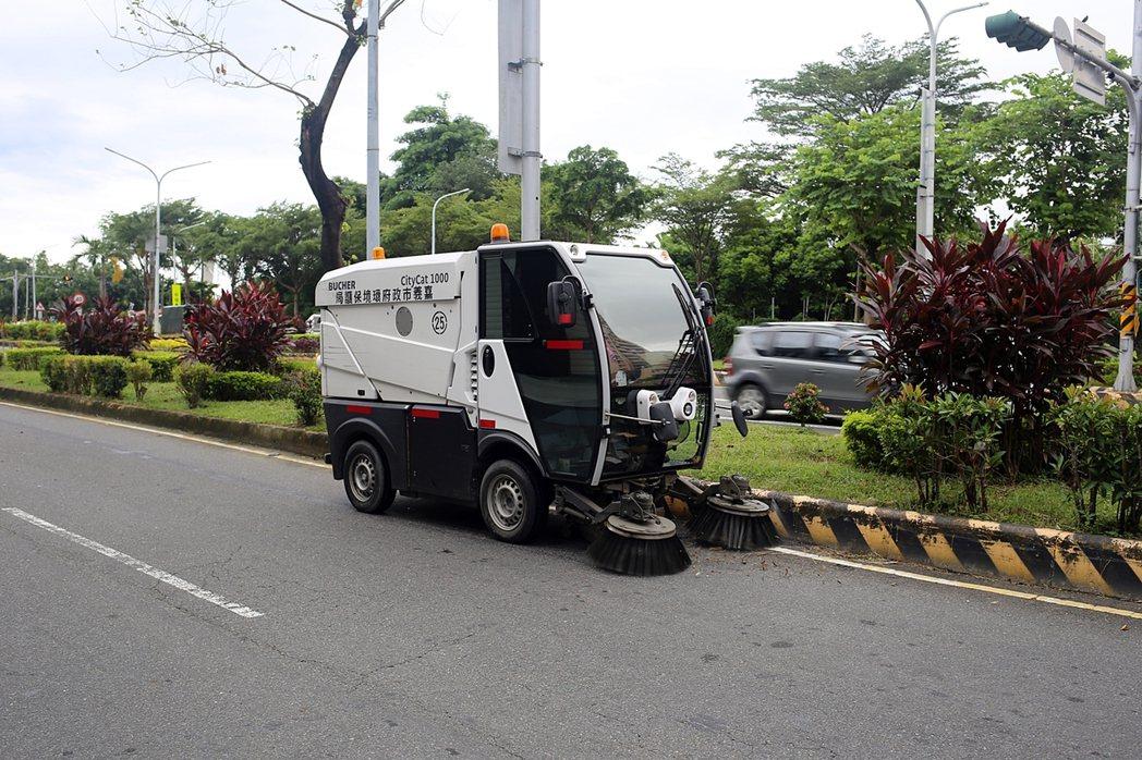 小型掃街車只占車道一半,可以吸收小型廢棄物。照/嘉義市環保局提供