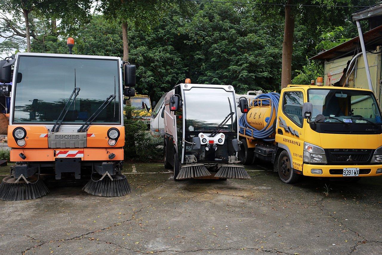 小型掃街車(中)體型比起中、大型的掃街車,體積小許多,可以吸收小型廢棄物。圖/嘉...