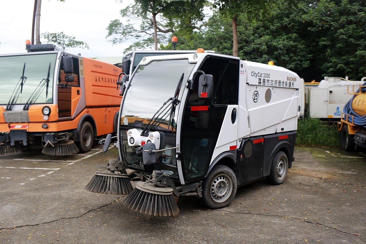小型掃街車體型比起中、大型的掃街車小許多,可以吸收小型廢棄物。圖/嘉義市環保局提...