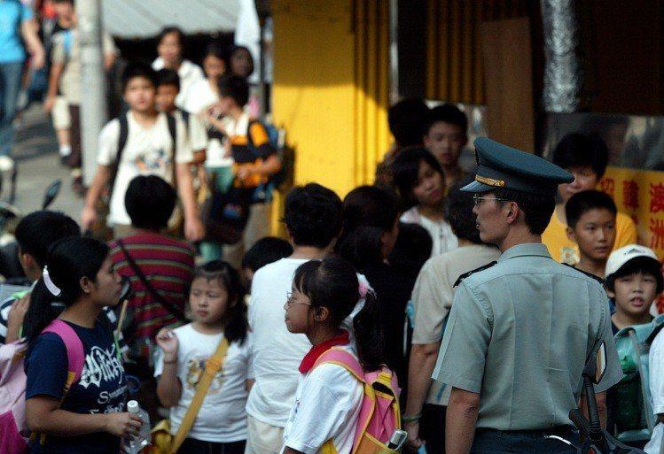 全國近三千名教官預計在民國112年退出校園,教育部規畫108至110學年度由五所...
