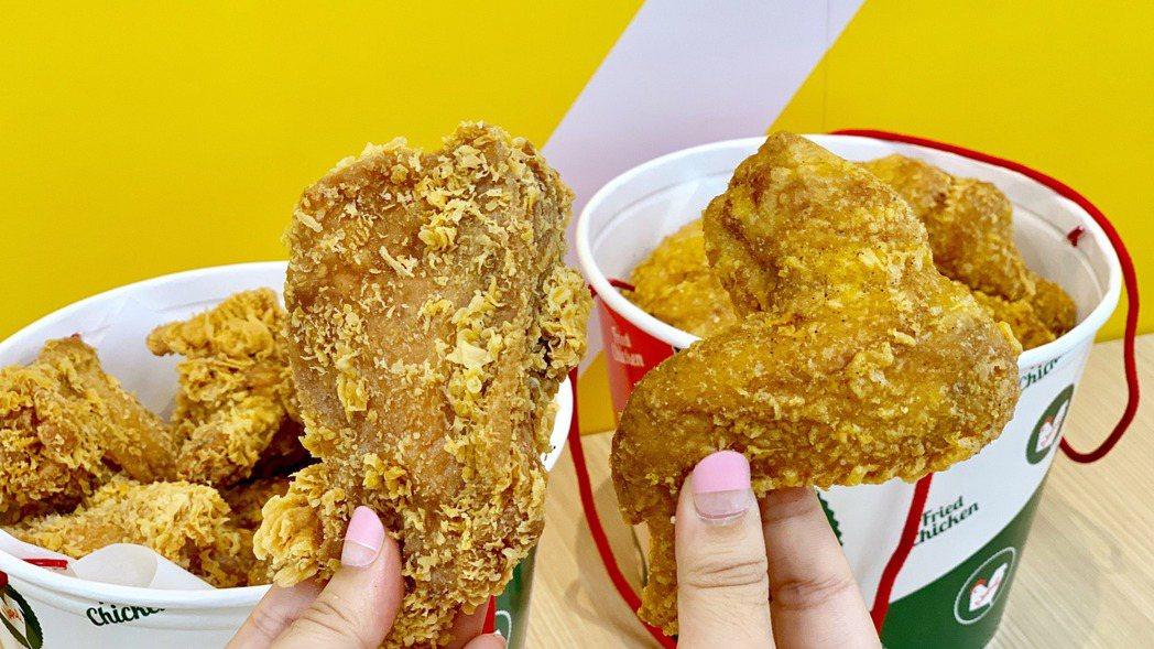 「拿坡里炸雞店」主打咔啦炸雞與脆皮炸雞。 記者張芳瑜/攝影