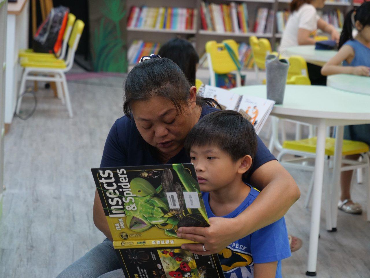 近年親子共讀蔚為風潮,也有研究顯示對孩子大腦發育及語言發展有幫助。報系資...