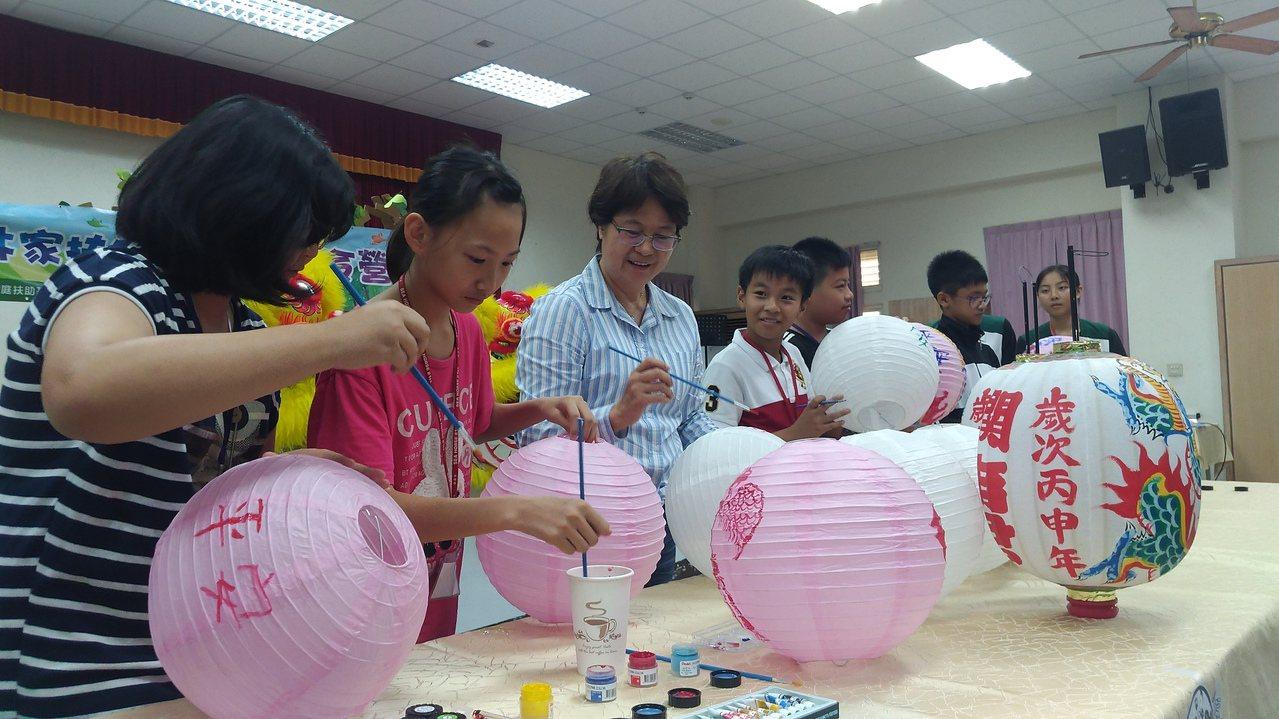 雲林家扶中心廟會工藝夏令營學生用心學做古仔燈。記者蔡維斌/攝影