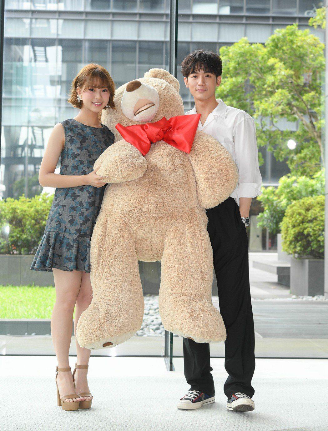 「小樂」吳思賢(右)與項婕如出席「網紅的瘋狂世界」卡司發布會。圖/三立提供