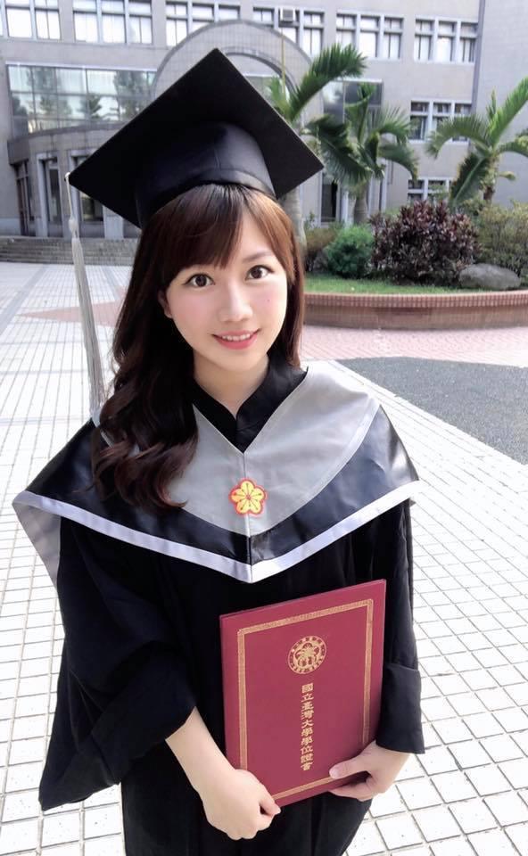 蔡尚樺順利拿到碩士學位。圖/摘自臉書
