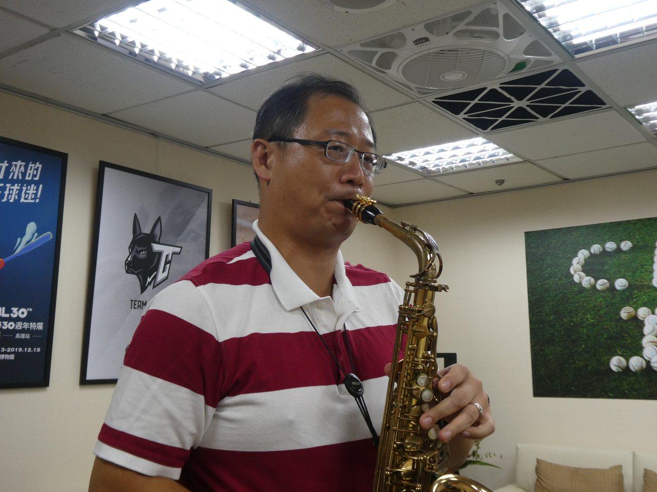 國民黨立委吳志揚經常吹薩克斯風公開演出,也擁有一般音樂人善長的聽音寫譜「相對音感...