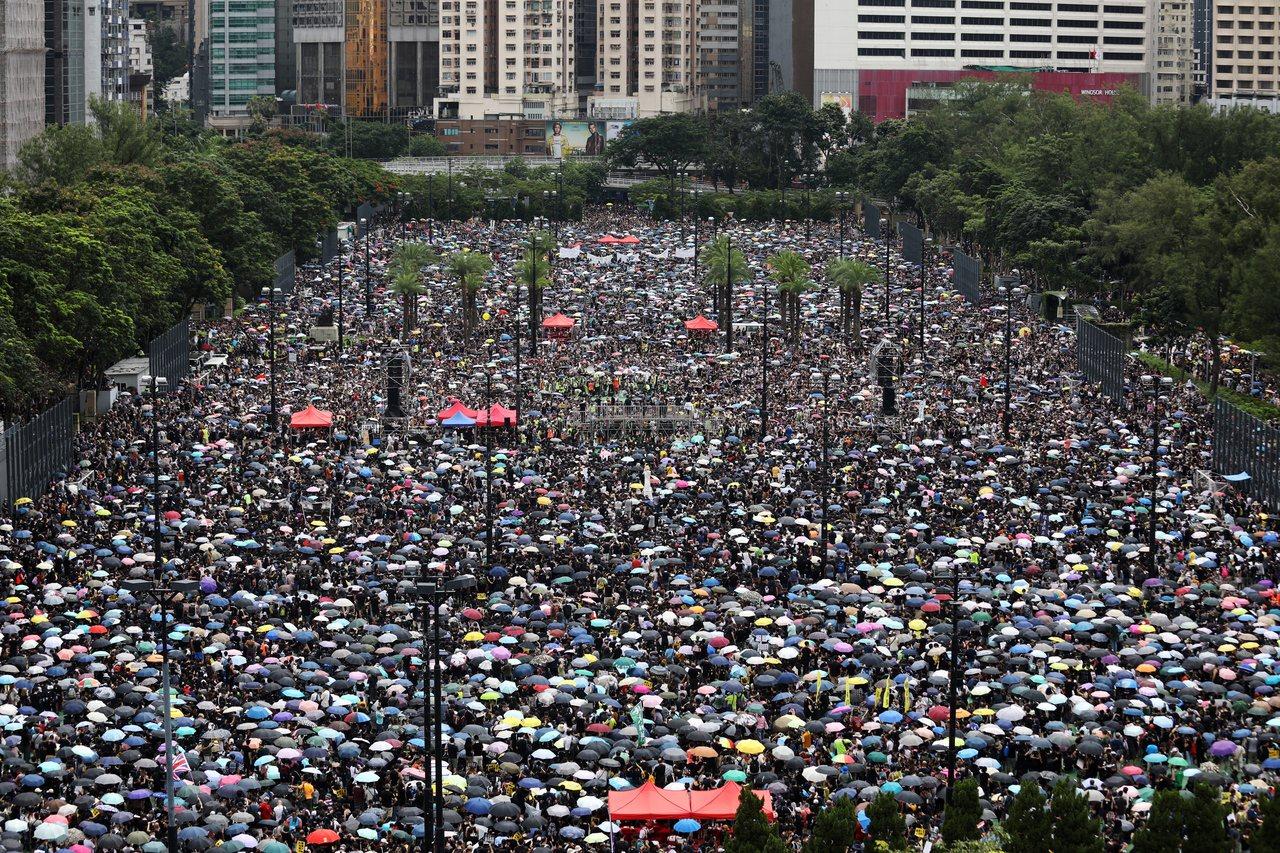 大批香港人18日參加在維多利亞公園舉行的「止警暴、制黑亂」集會。歐新社