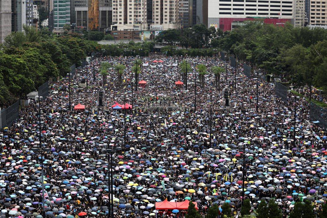 大批香港人18日參加在維多利亞公園舉行的「止警暴、制黑亂」集會。(歐新社)