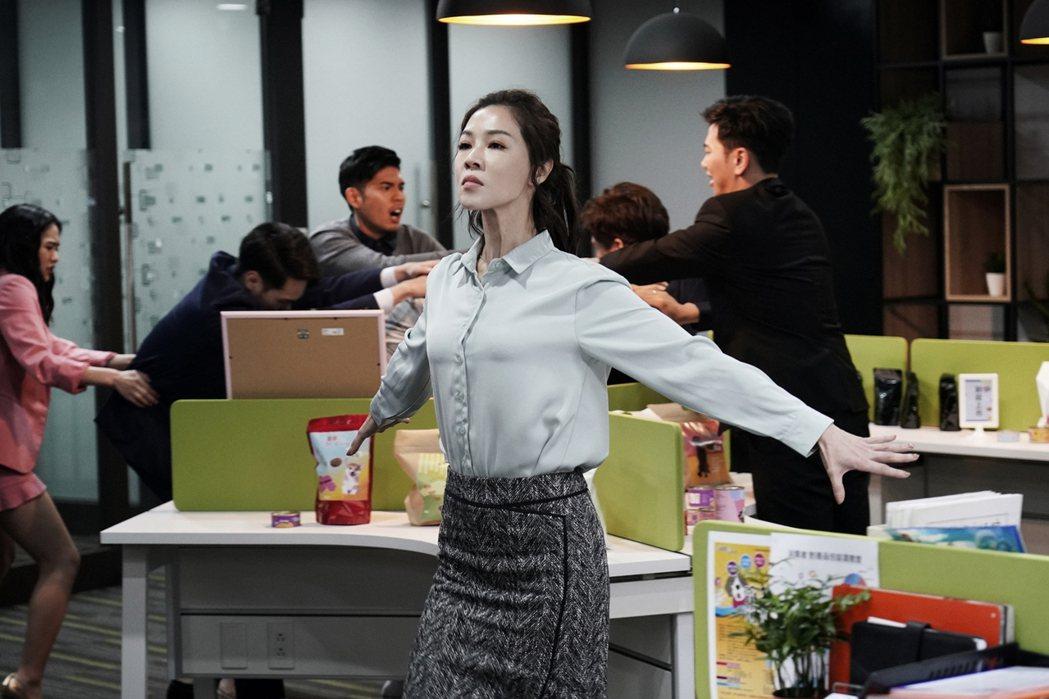 謝盈萱在「俗女養成記」戲中開心離職。圖/華視提供