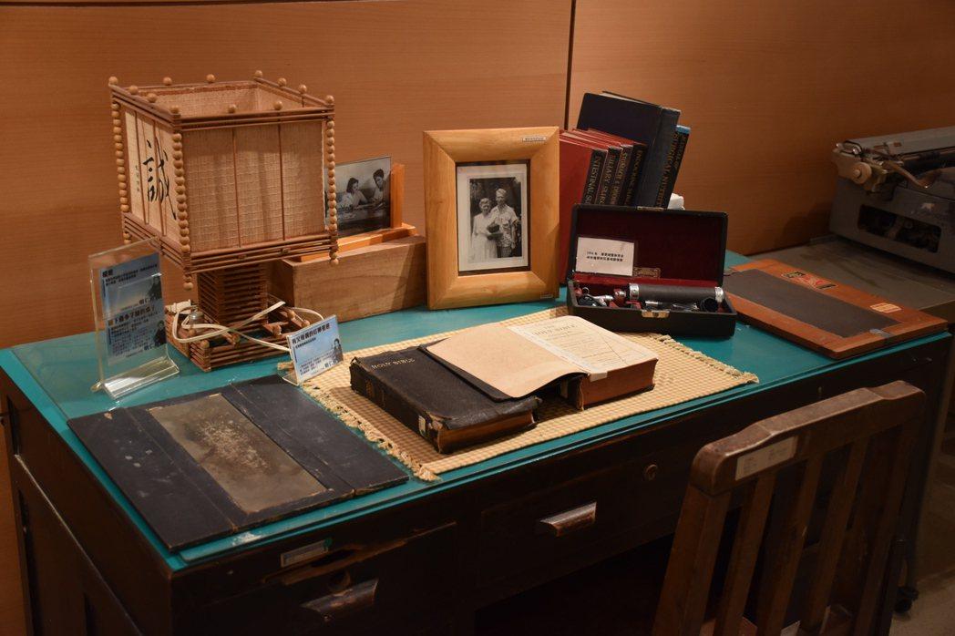 門諾醫院院史館存放薄柔纜當年的書桌,可見上面放了聖經及夫妻倆的照片。 記者王思慧...