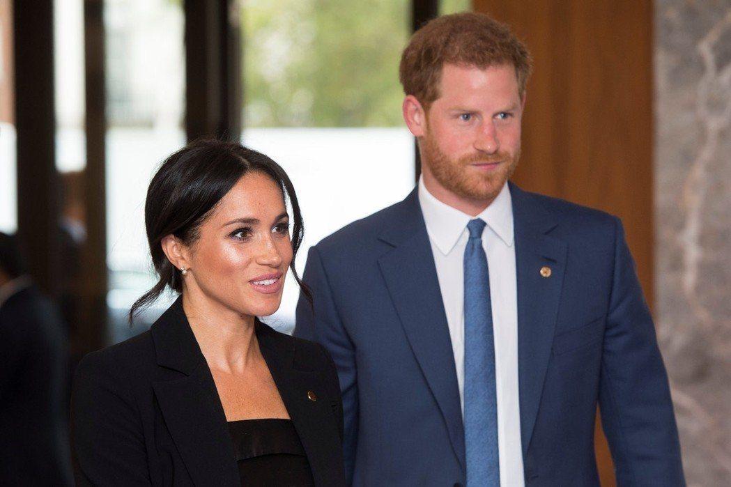 哈利王子(右)、梅根馬克爾(左)結婚已滿1年3個月,形象良好支持環保,卻被爆花大